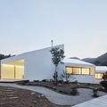 Casa con fachada blanca y ventanales