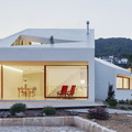 Exterior casa con fachada blanca