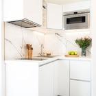 Cocina de diseño con muebles color blanco