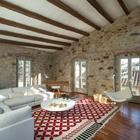 Sala rústica con paredes de piedra natural