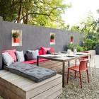 Terraza con bancos de madera y plantas