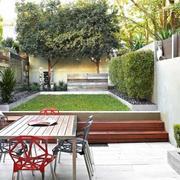 Patio con pasto y paredes de madera