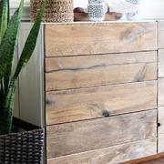 Aparador cubierto con tablas de madera