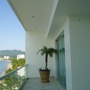Aplicación de pintura en muros y plafon en los balcones del edificio