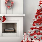 salón blanco con árbol rojo