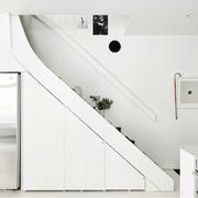 Espacio de almacenaje bajo la escalera