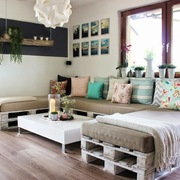 Sala decorada con cuadros en las paredes
