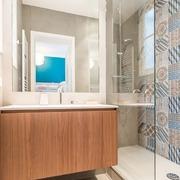 Baño con azulejos en la pared