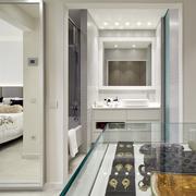 Baño unido a la recámara con tina y regadera