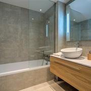 Baño con revestimientos de piedra