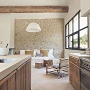 Muebles de madera con cajones en la cocina