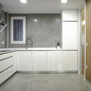 Cocina con muebles de madera y revestimientos de color gris