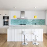 cocina blanca con azulejos azules