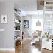 Cocina y sala separadas con muro hecho a la medida