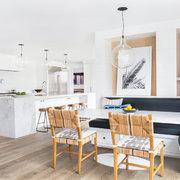 Cocina abierta a la sala con barra de mármol