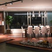 Comedor con jerarquía, iluminación LED  y madera de Cumarú