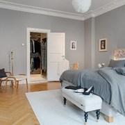 cuarto amplio blanco y gris
