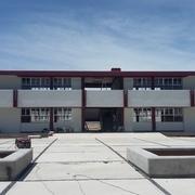 Edificio de aulas y plaza civica terminado