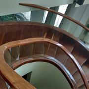 Escalera y pasamanos de madera de zalám u cristal