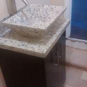 Gabinete a la medida, con cubierta y lavabo de granito