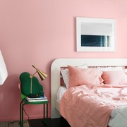 habitación con pared rosa