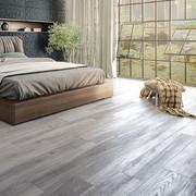 habitación con piso de madera
