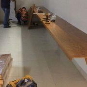 Instalación de mesas de trabajo.