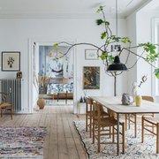 Comedor decorado con plantas y tapetes de colores