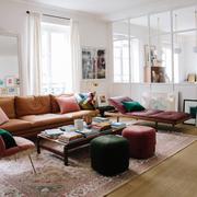Sala amplia con sillones y alfombra
