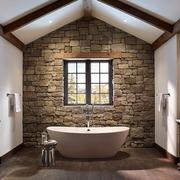 Baño con paredes de piedra y tina