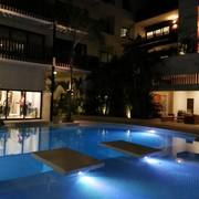Panoramica nocturna de piscina