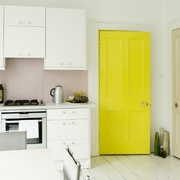 Cocina blanca con puerta pintada de amarillo