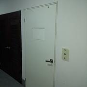 Puertas de madera en PB con botonera de pasillo en cristal