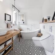 Baño amplio con tina y WC suspendido