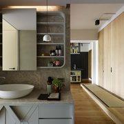 Baño abierto con lavabo ovalado y gabinete