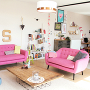 Sala decorada en color rosa
