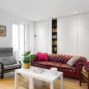 Sala con clóset blanco y mobiliario