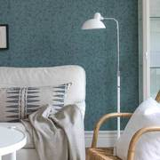 Sala con papel tapiz azul en la pared