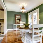 Casa con paredes pintadas en color verde Kale