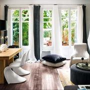 salón con cortinas blancas y grises