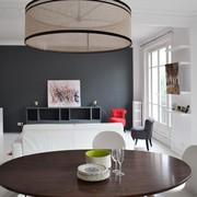 Sala luminosa decorada con tonos neutros