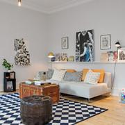 Sala estilo nórdico decorada con cuadros