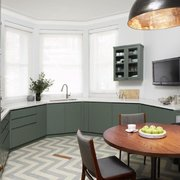 Cocina con piso de azulejos vinílicos