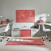 escritorio en tonos grises y rojos