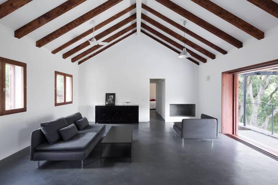 Sala con vigas de madera