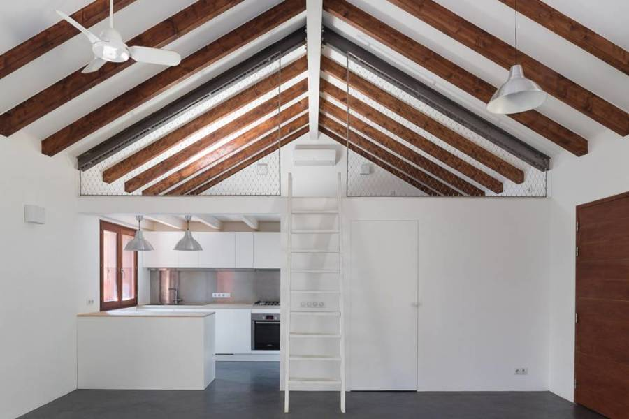 Cocina con vigas de madera en el techo