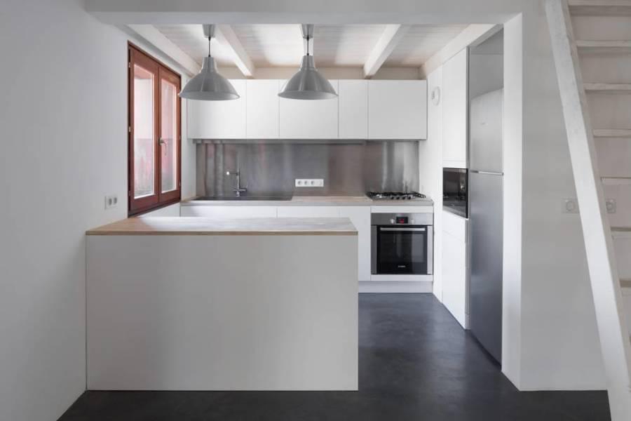 Cocina blanca y de acero inoxidable