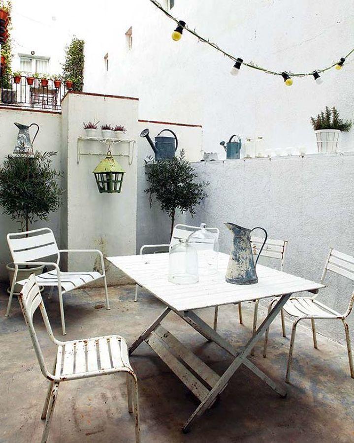 Foto Terraza Pintada de Blanco con Muebles de Hierro #187612