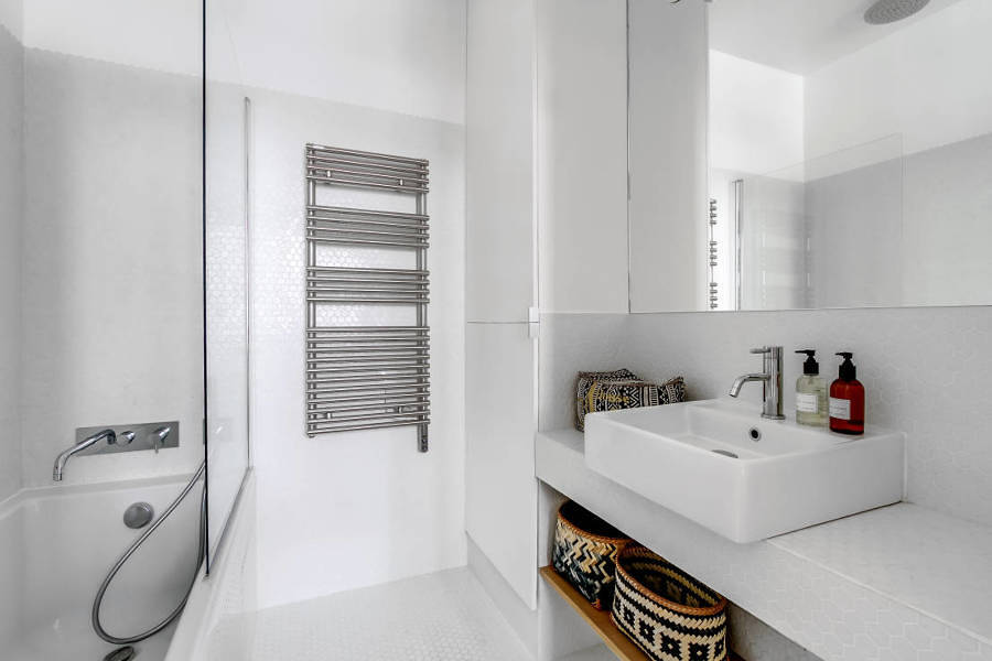 Baño blanco con espejo grande