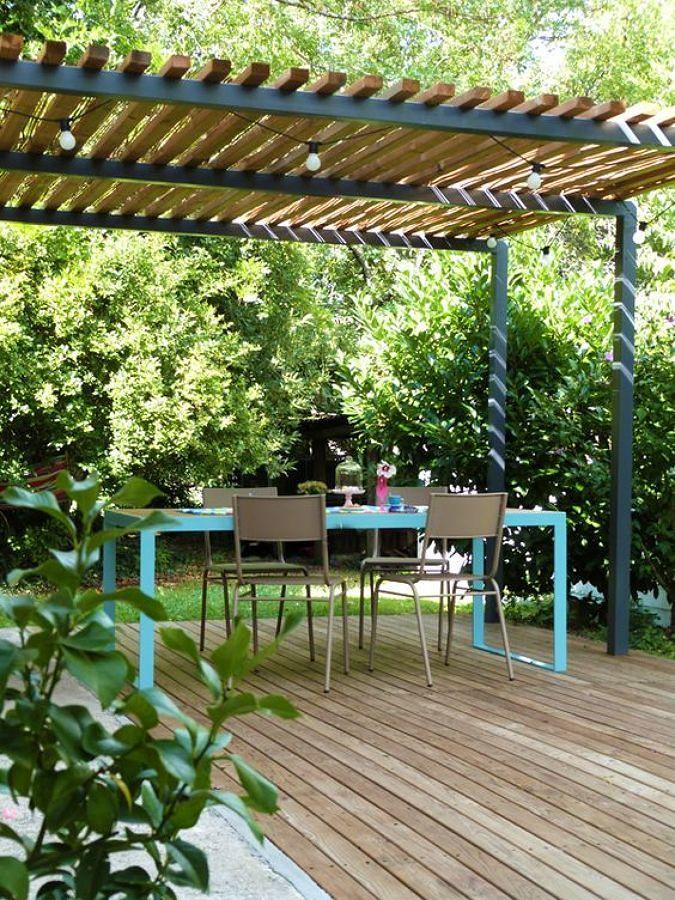 Jardín con pérgola de madera